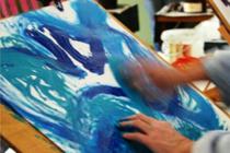 Spelend tekenen of schilderen in het atelier